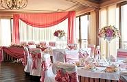 Украшение свадебного зала в бело-розовых и красных тонах