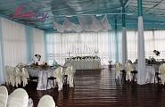 Тканевое украшение столовой детского лагеря на свадьбу