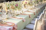 Украшение столов цветами, тканью и стульев бантами