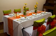 Оформление стола и стульев в зелено-оранжевой гамме 20$ (цена указана в комплексе на 6 чел.)