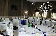 Украшение столов для гостей на свадьбу в синем цвете