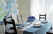 Оформление банкетного стола на юбилей, свадьбу или выпускной с использованием воздушных шаров, наперонов и цветочных композиций с вазами