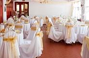 Оформление зала в бело-золотой гамме