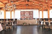 Свадебное украшение беседки в поместье на свадьбу в стиле рустик