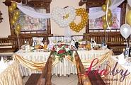 украшение свадебного банкета в бело-золотом с воздушными шарами