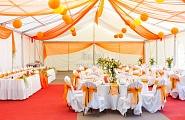 Комплексное оформление свадебного банкета в шатре в бело-оранжевых тонах