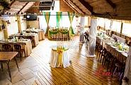 Украшение зала в кафе Бронгал в золотом и зеленом цвете