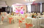Украшение зала в нежный розовый цвет