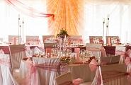 Украшение зала, столов и стульев в нежные тона