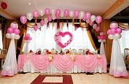 Оформление зала тканью и шарами в розовых тонах