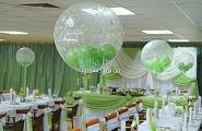 Украшение зала в бело-зеленых тонах с использованием шаров