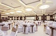 Оформление зала в строгом бело-коричневом цвете
