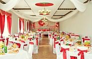 Украшение свадебного зала в бело-красные тона