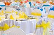 Оформление столов и стульев в цветной гамме