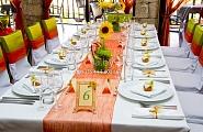 Оформление стола и стульев в зелено-оранжевой гамме
