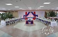 Украшение зала на свадьбу в столовой в сине-красно-белом цвете
