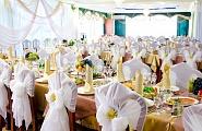 Украшение свадебного зала стулья бантами, стол молодых тканями